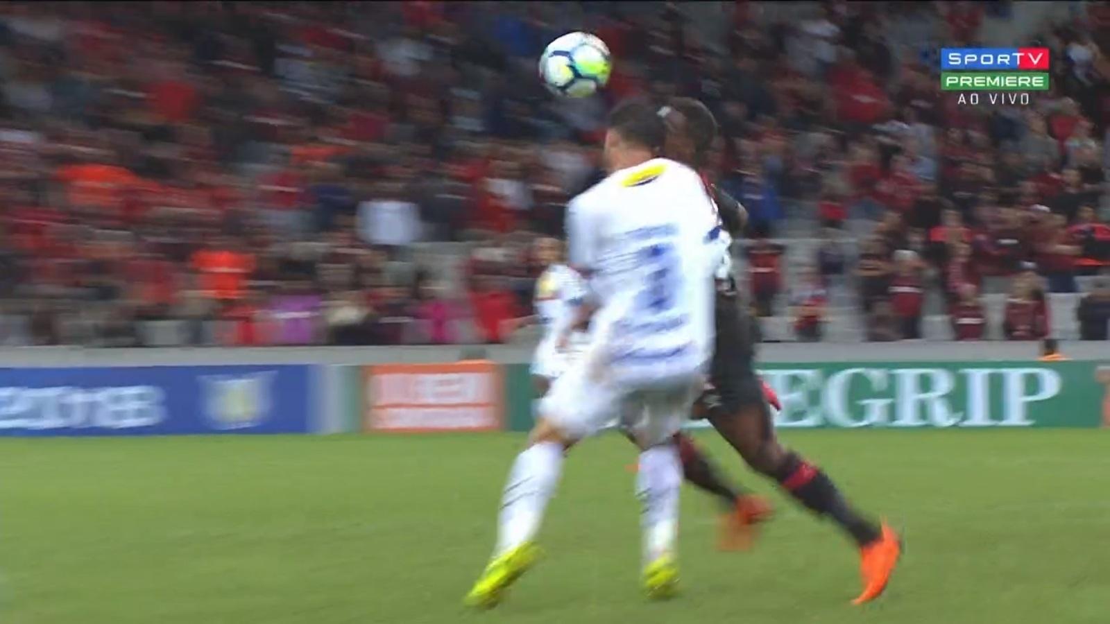 Ribamar se choca com Rafael Thyere, durante a partida entre Atlético-PR e Chapecoense