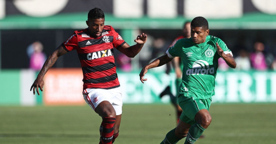 Marcio Araújo e Rodinei disputam a bola na partida entre Chapecoense e Flamengo