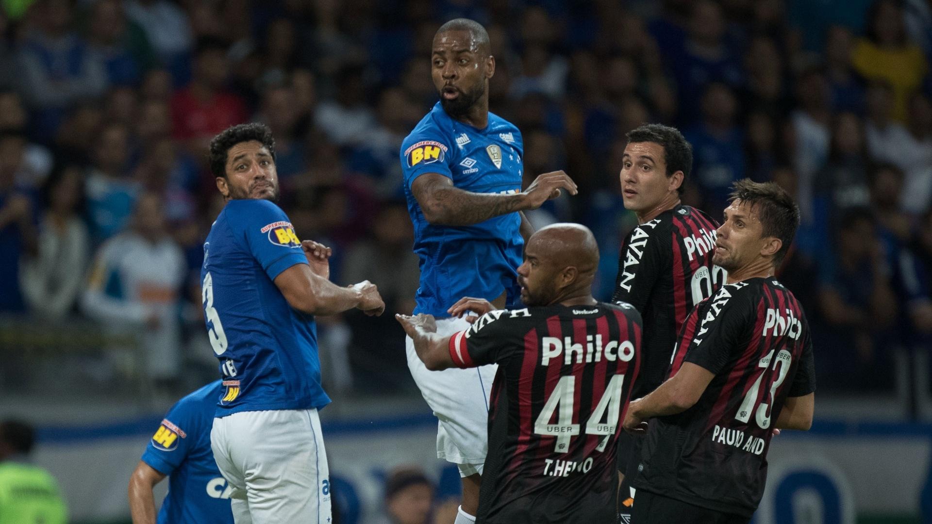 Jogadores de Cruzeiro e Atlético-PR em disputa de bola