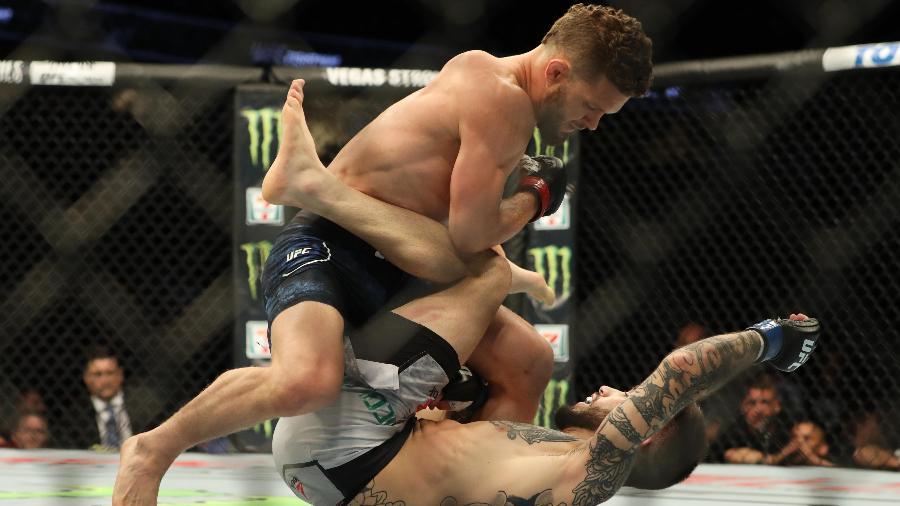 Dustin Ortiz venceu o brasileiro Matheus Nicolau (no chão) no UFC Calgary - Sergei Belski-USA TODAY Sports