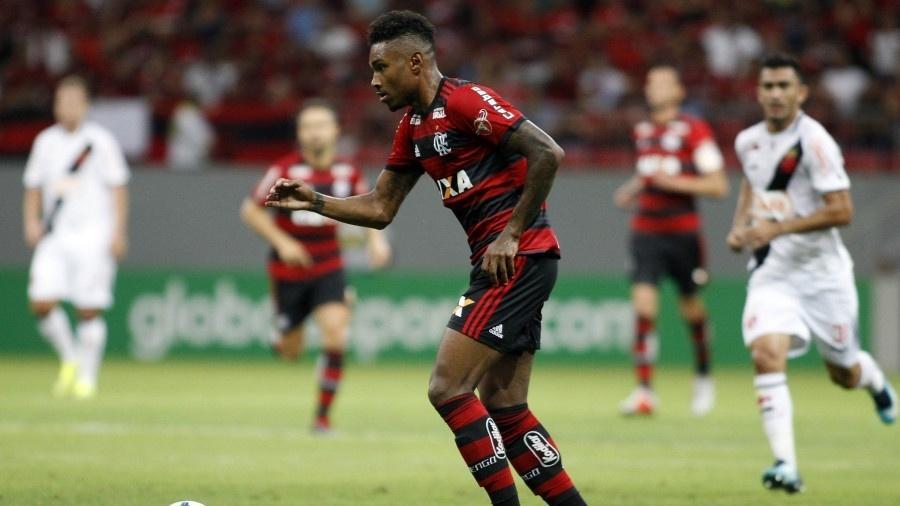 Atualmente na reserva do Flamengo, Vitinho estará em campo no clássico. Só ele custou R$ 54 milhões - Divulgação/Flamengo