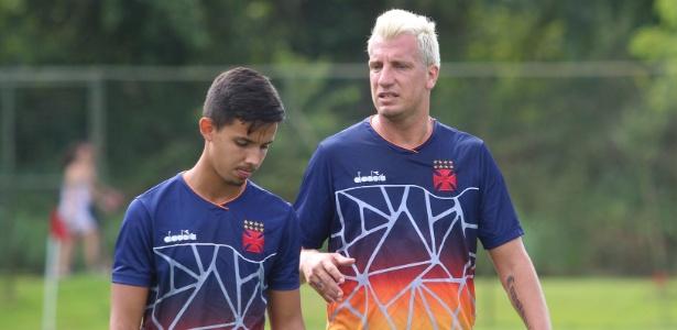 Maxi López dá conselhos ao jovem volante Rodrigo, de apenas 19 anos - Carlos Gregório Júnior / Vasco.com.br