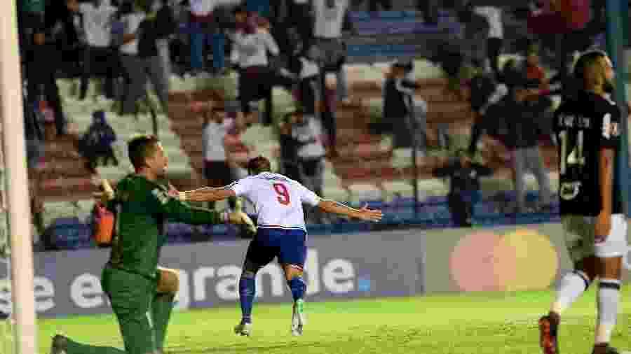 Bergessio comemora gol do Nacional contra o Atlético-MG - Miguel Rojo/AFP