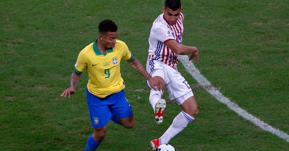 Gabriel Jesus e Junior Alonso em disputa de bola no jogo Brasil x Paraguai pela Copa América