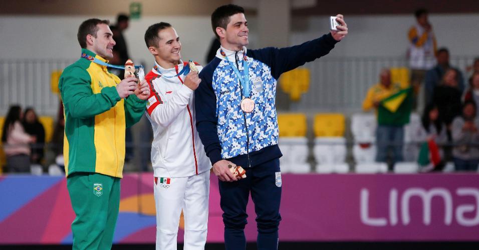 Federico Molinari tira selfie no pódio com Fabián de Luna e Arthur Zanetti