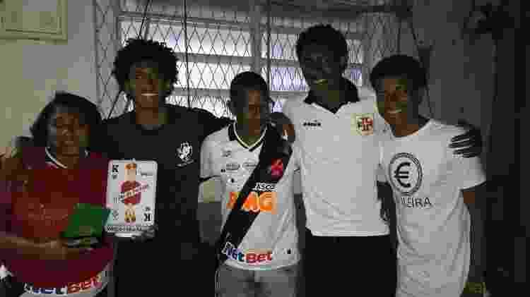 Talles Magno (segundo da esquerda para direita) ao lado de mãe, pai e irmãos em São Januário - Bruno Braz / UOL Esporte