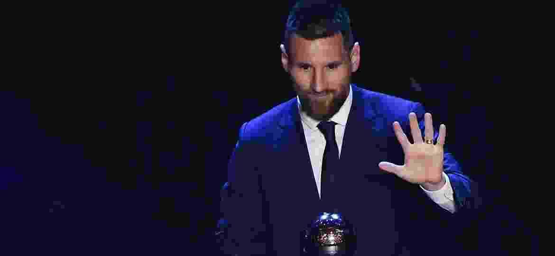 Lionel Messi posa com o prêmio de melhor jogador do mundo dado pela Fifa - Marco Bertorello/AFP