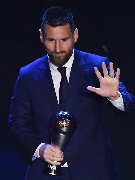 Lionel Messi posa com o prêmio de melhor jogador do mundo entregue pela Fifa - Marco Bertorello/AFP