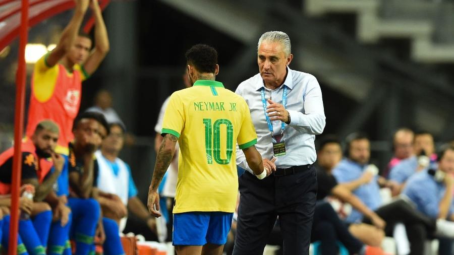 Neymar é substituído ainda no início do primeiro tempo do amistoso Brasil x Nigéria - Roslan Rahman/AFP
