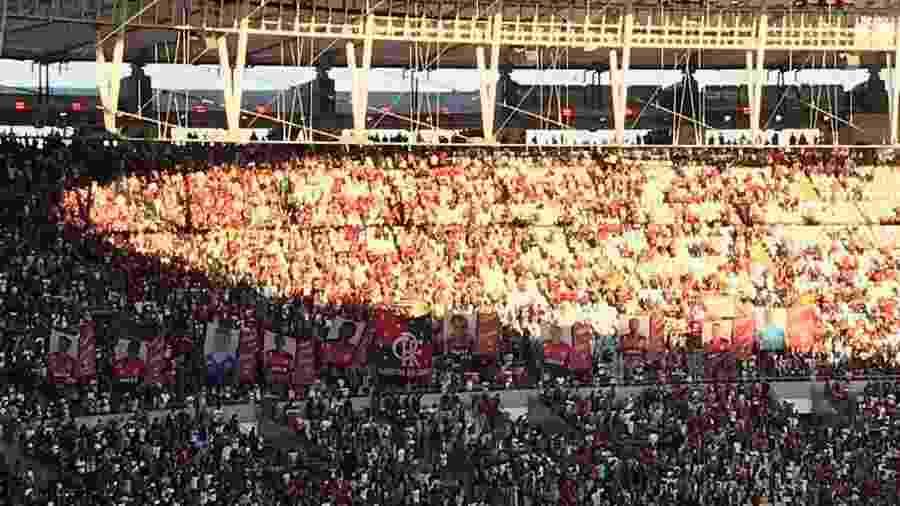 Torcedores do Flamengo exibem bandeiras com rosto de garotos vitimas do incêndio no Ninho do Urubu - Bruno Braz/UOL