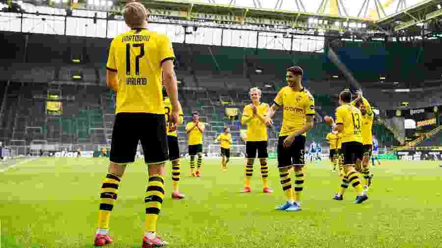 Erling Haaland, do Borussia Dortmund, comemora gol contra o Schalke 04 distante dos companheiros - Alexandre Simoes/Borussia Dortmund via Getty Images