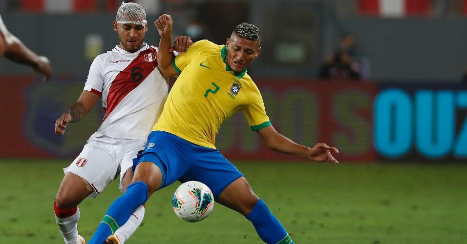 Richarlison tenta se livrar da marcação de Trauco, durante a partida entre Brasil e Peru