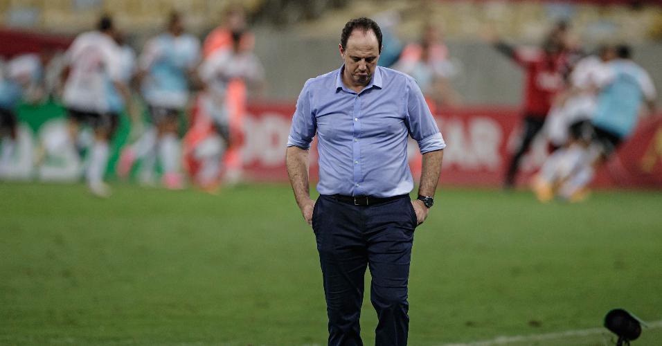 Rogério Ceni lamenta gol da vitória do São Paulo, após falha de Hugo