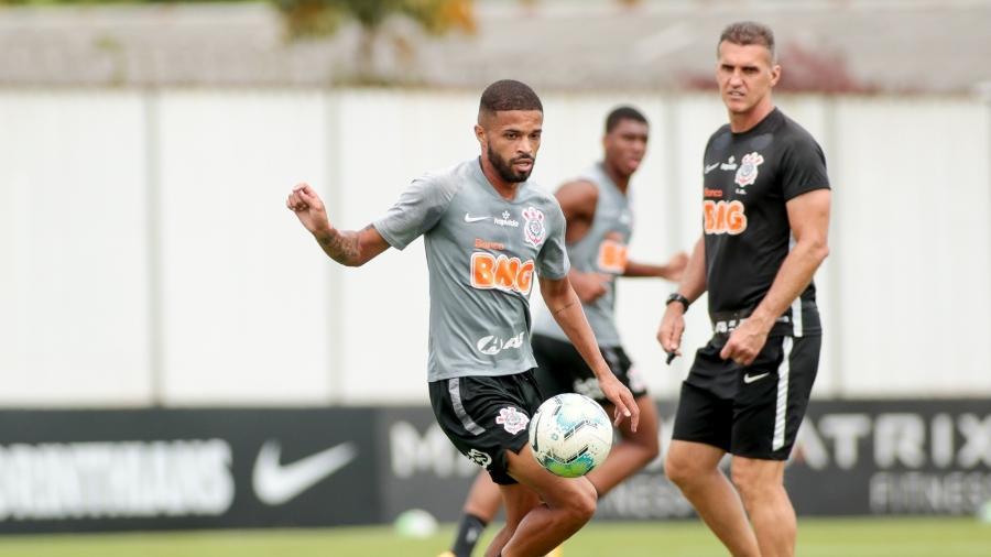 O meia Vitinho é observado de perto por Vagner Mancini no Corinthians  - Rodrigo Coca/ Ag. Corinthians