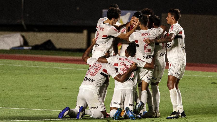 Luciano comemora gol de falta que colocou o São Paulo à frente do Flamengo em jogo do Morumbi - Paulo Martins/UOL