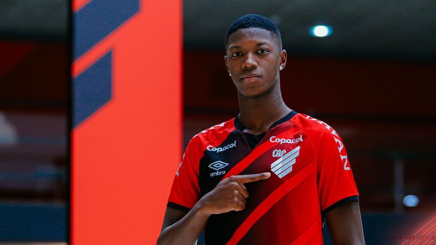 Matheus Babi com a camisa do Athletico - José Tramontin/athletico.com.br