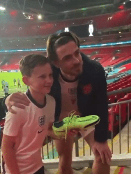 Grealish dá chuteiras a jovem torcedor Inglês após final da Eurocopa - Reprodução/Twitter