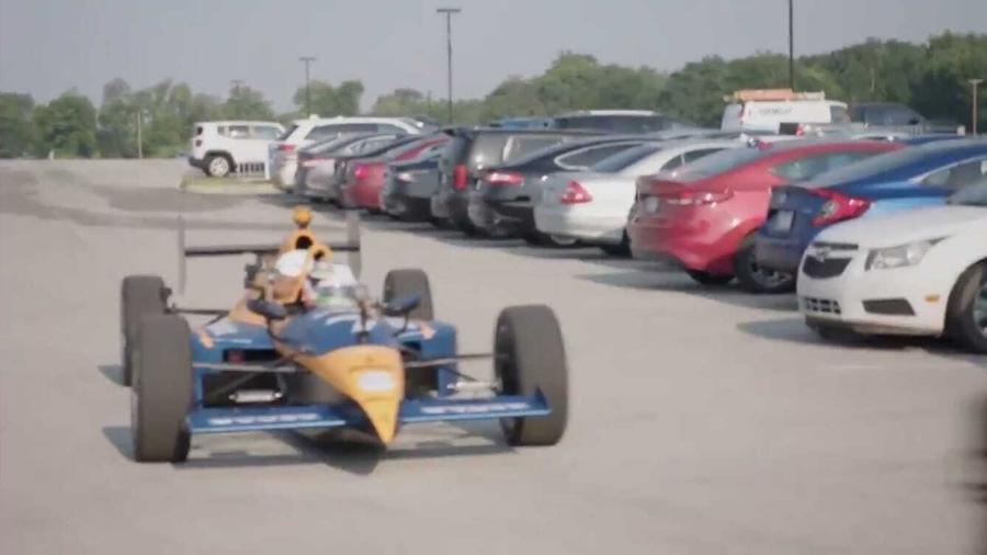 Kenny Moore chegando ao treinamento com um carro de Fórmula Indy - Reprodução