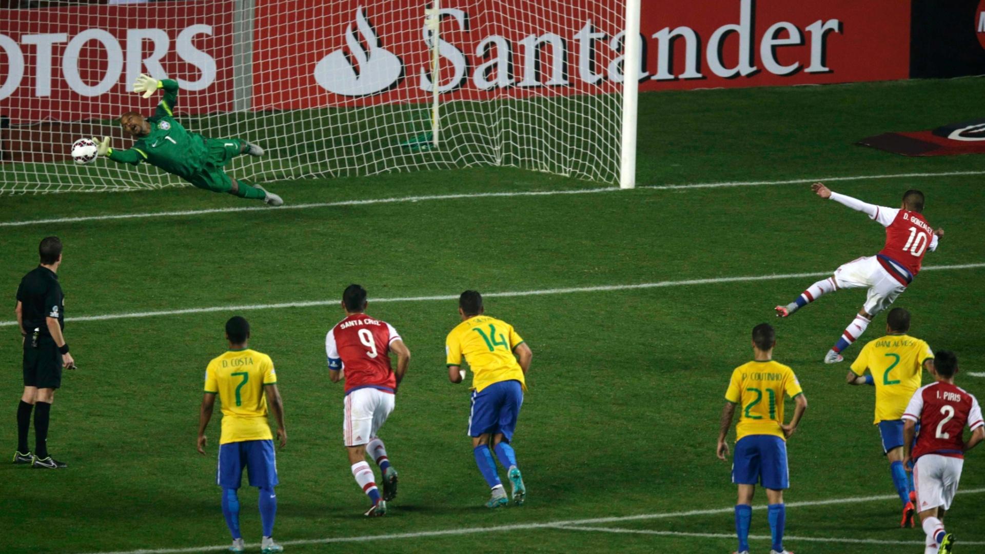 Derlis González, do Paraguai, cobra pênalti contra o Brasil nas quartas de final da Copa América