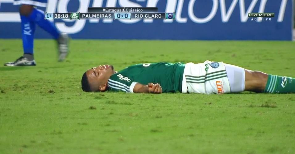 Gabriel Jesus cai desmaiado em campo durante a partida entre Palmeiras e Rio Claro