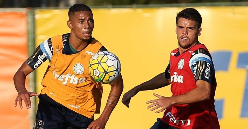 Gabriel Jesus e Rodrigo disputam a bola em treino do Palmeiras realizado na Academia de Futebol