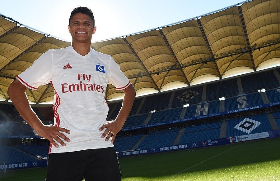 Lateral esquerdo Douglas Santos veste a camisa do Hamburgo
