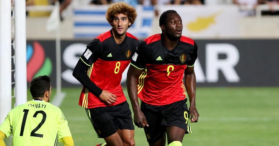 Romelu Lukaku e Marouane Fellaini comemoram gol da Bélgica contra Chipre nas Eliminatórias
