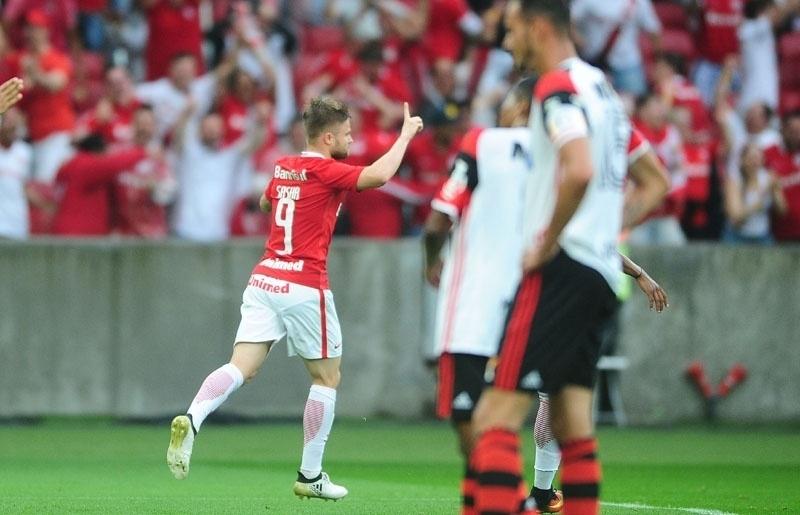 Eduardo Sasha comemora gol marcado para o Internacional contra o Flamengo