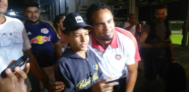 Bruno posa para foto com torcedor do Boa Esporte