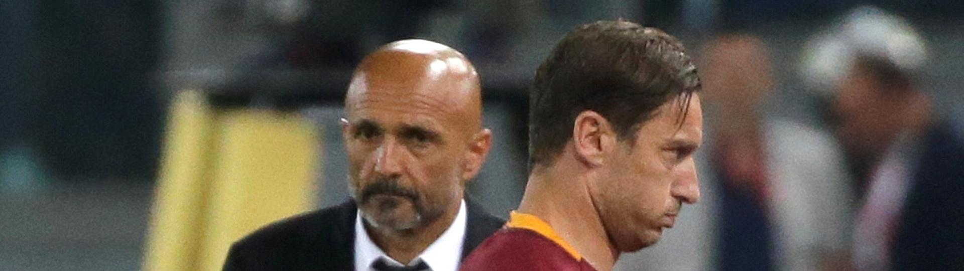 Francesco Totti, jogador da Roma, deixa o campo e é observado por Luciano Spalletti, treinador do clube