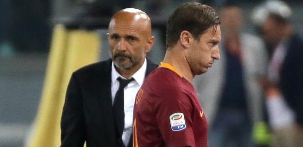 Francesco Totti deixa o campo observado pelo técnico da Roma