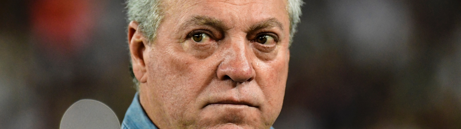 Abel Braga observa o Fluminense contra a LDU