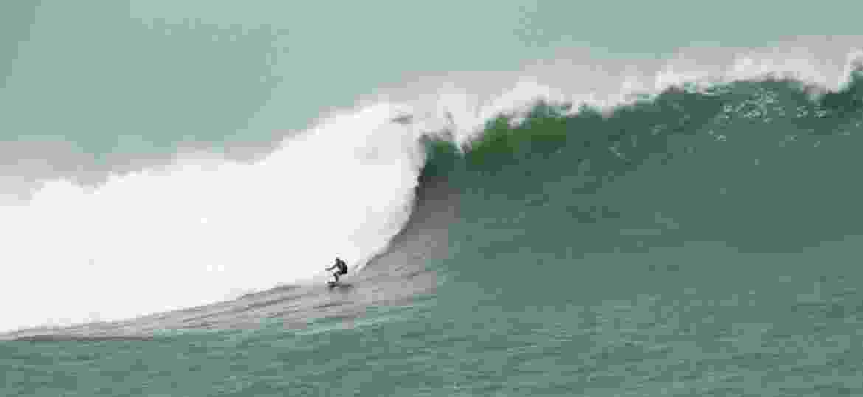 Thiago Jacaré surfa onda gigante na Laje de Jaguaruna (SC) - Rafashot