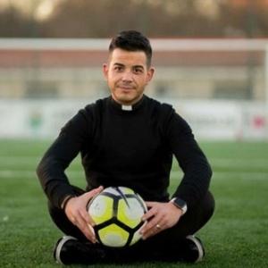 Padre Marcos Torres tem 32 anos e dirige o Lalín