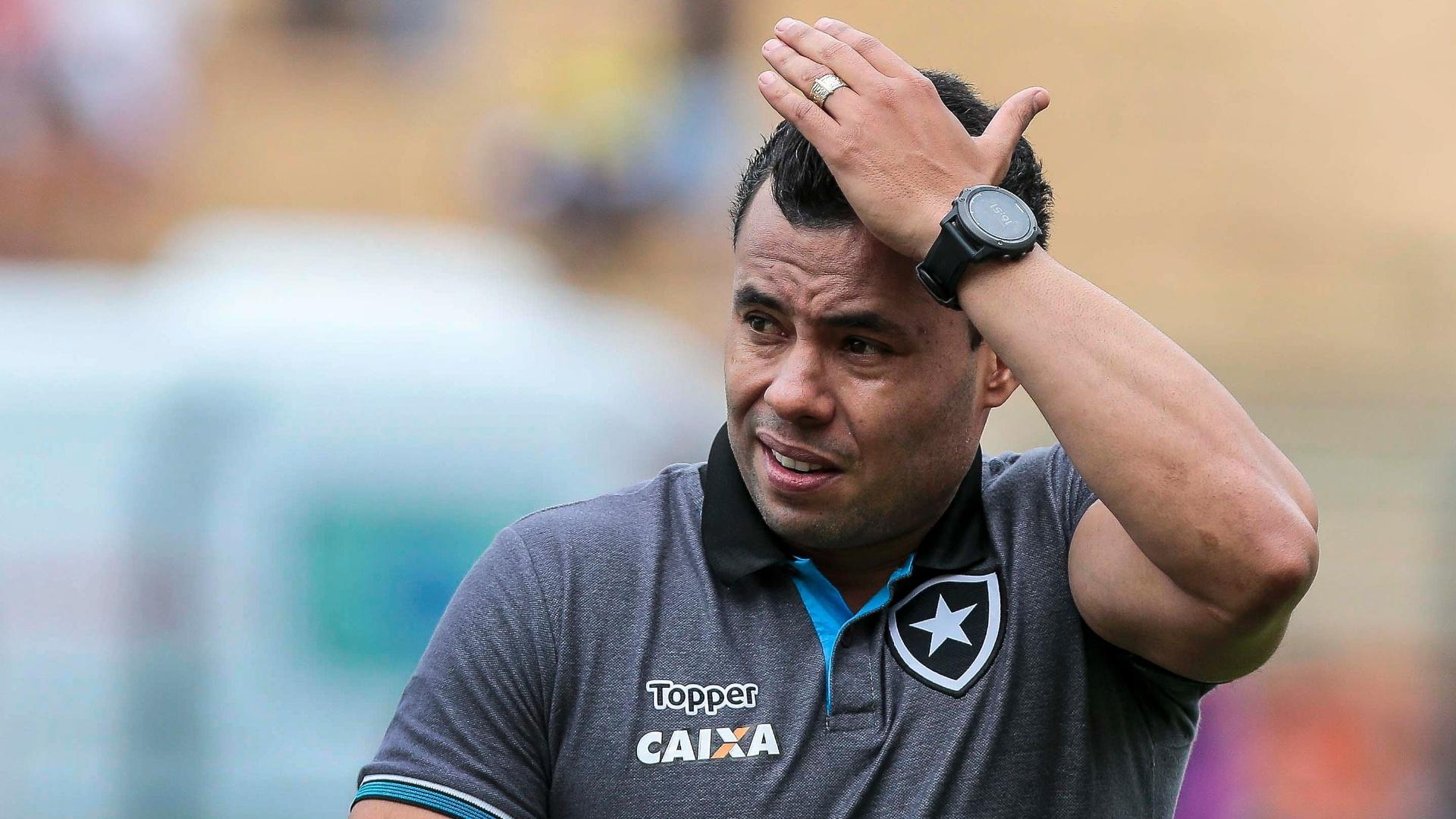 Jair Ventura acompanha o jogo entre Botafogo e São Paulo