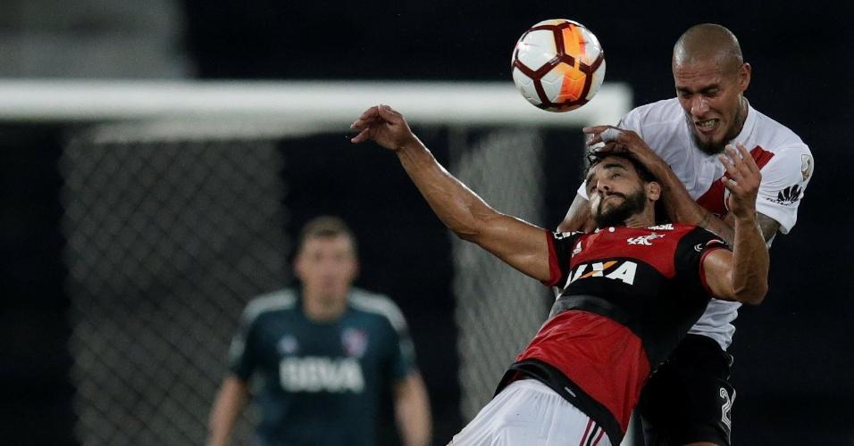 Henrique Dourado e Jonatan Maidana disputam a bola pelo alto no jogo entre Flamengo e River Plate