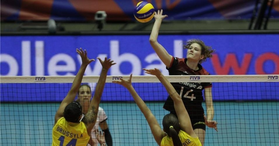Bia e Drussyla armam bloqueio contra Schölzel no jogo entre Brasil e Alemanha, pela Liga das Nações