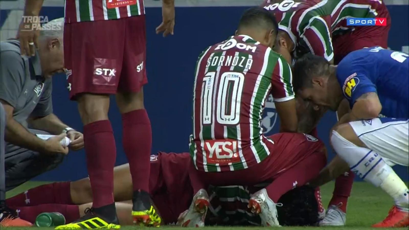Pedro, caído, é atendido durante o jogo Cruzeiro x Fluminense pelo Campeonato Brasileiro 2018