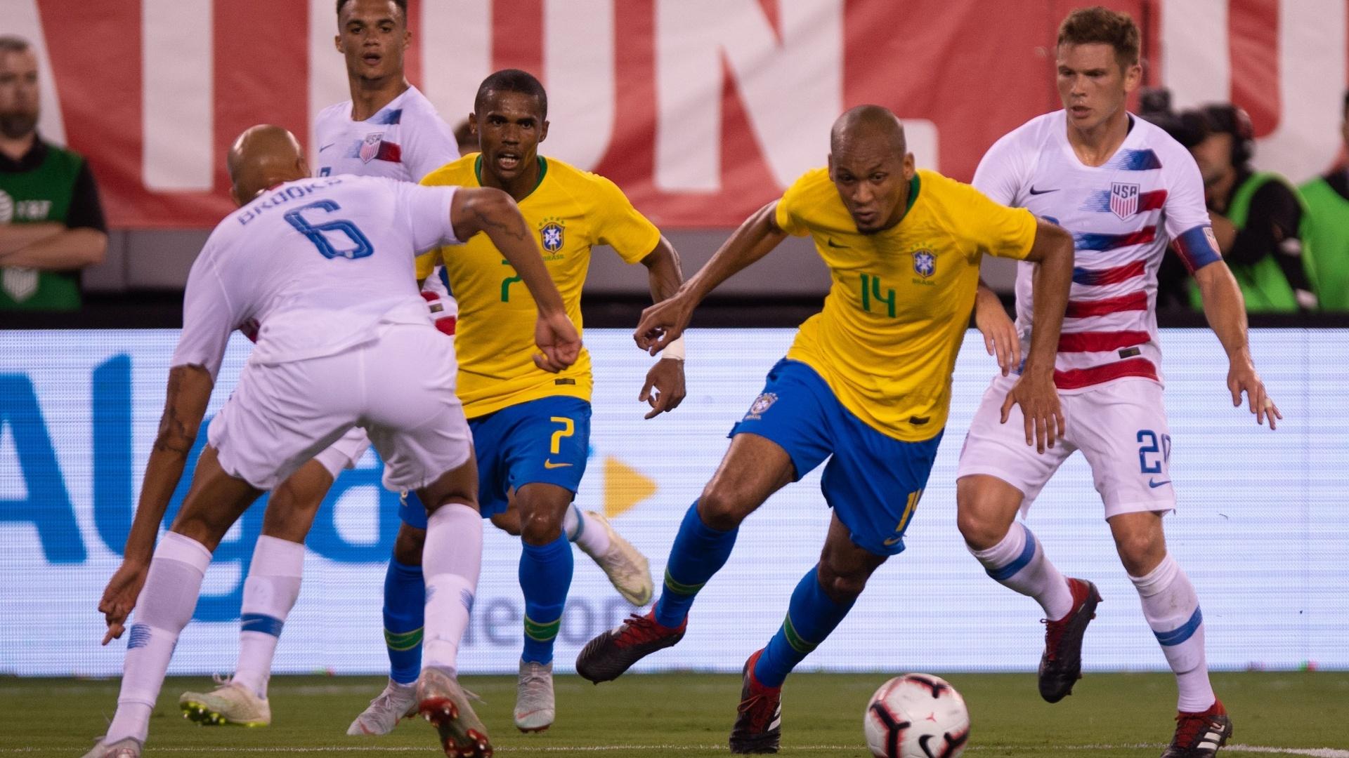 Fabinho dá arrancada que terminaria com falta dentro da área e pênalti para o Brasil