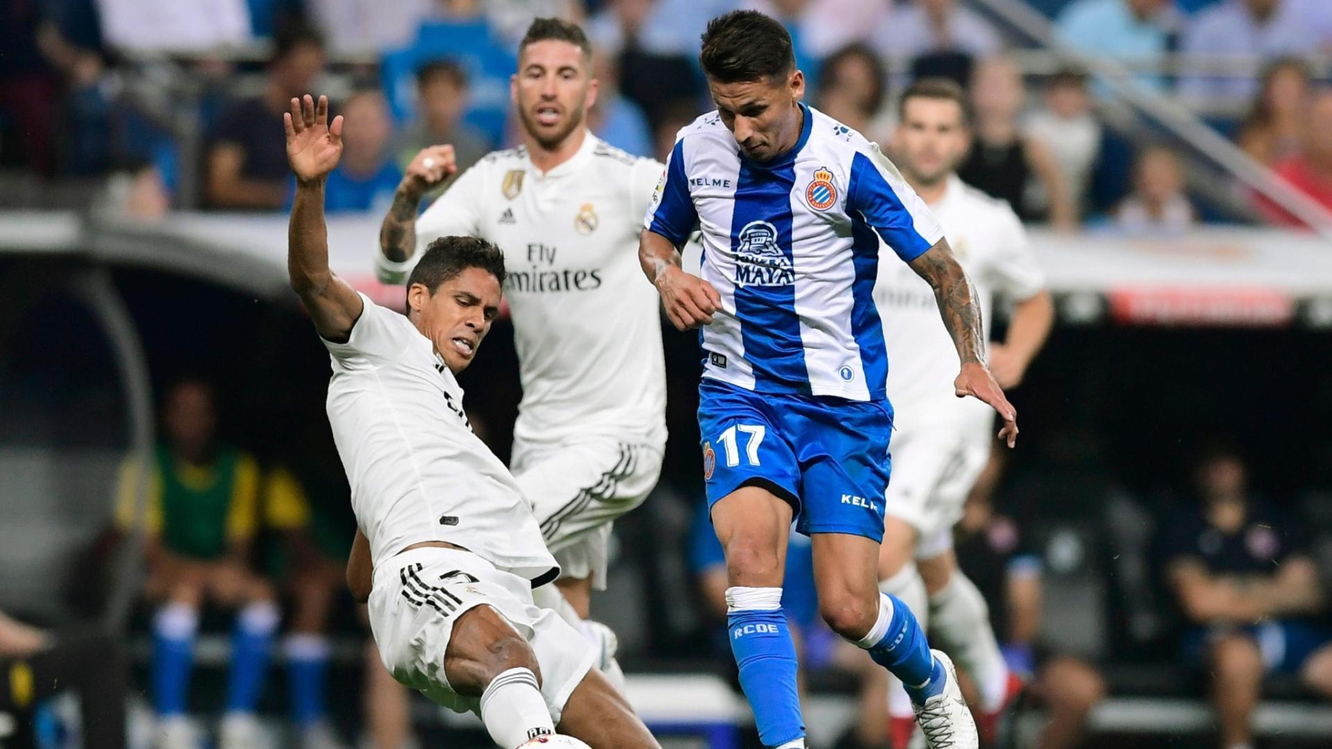 Varane dá carrinho durante a partida entre Real Madri e Espanyol neste sábado (22)