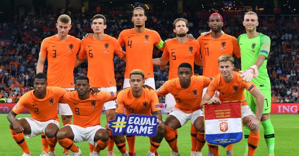 Seleção holandesa posa para foto antes de jogo contra a Alemanha