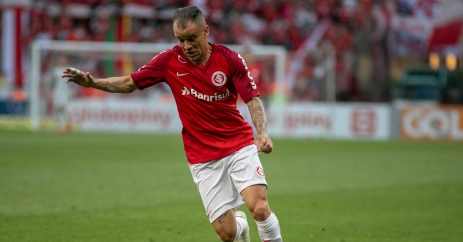 D'Alessandro domina a bola em jogo entre Internacional e Atlético-MG