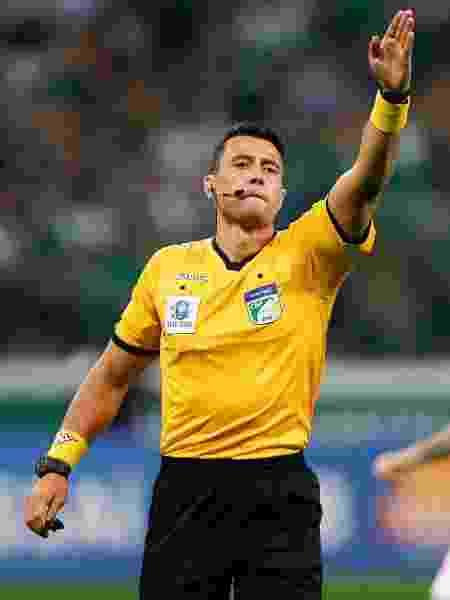 O árbitro Bráulio da Silva Machado durante partida pelo Brasileirão 2018 - Getty Images