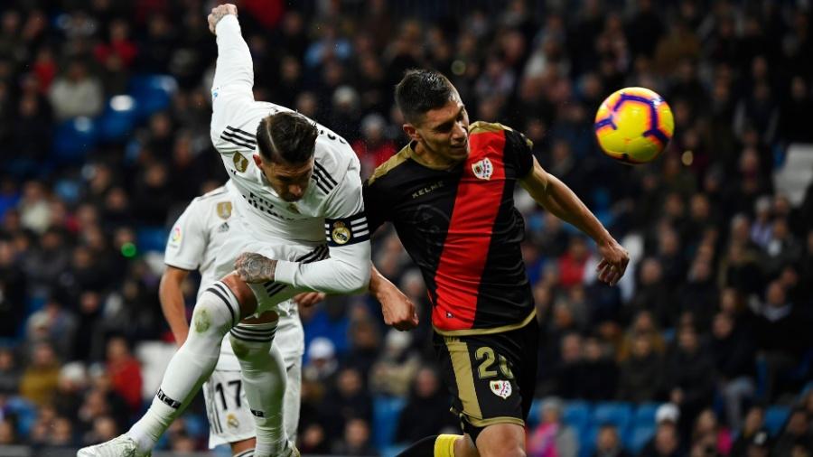 Sergio Ramos, do Real Madrid, disputa jogada pelo alto com Emiliano Velazques, do Rayo Vallecano - GABRIEL BOUYS/AFP