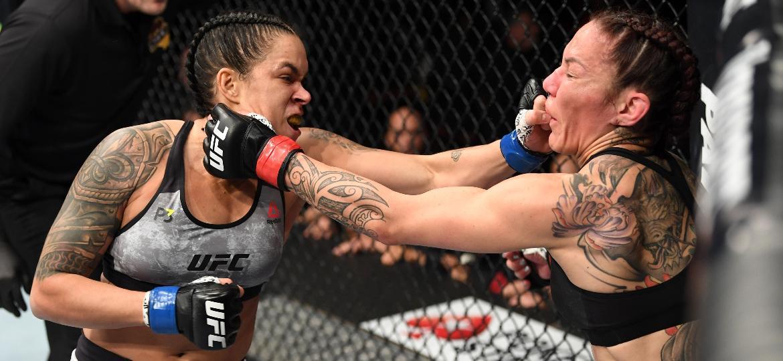 Amanda Nunes acerta soco em Cris Cyborg durante luta no UFC 232 - Josh Hedges/Zuffa LLC/Zuffa LLC via Getty Images