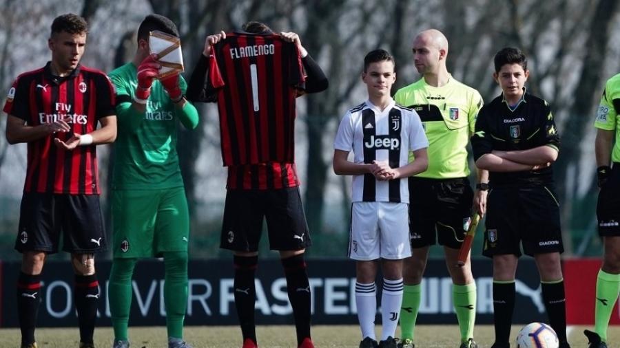 Milan e Juventus homenageiam vítimas do incêndio antes de clássico na base - Divulgação/Milan