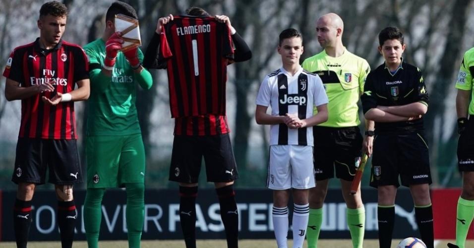 Milan e Juventus homenageiam vítimas do incêndio antes de clássico na base