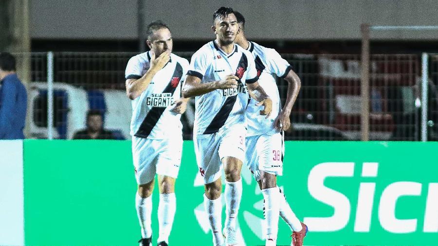 Jogadores do Vasco comemoram gol de Lucas Mineiro contra o Serra  - GILSON BORBA/FUTURA PRESS/ESTADÃO CONTEÚDO