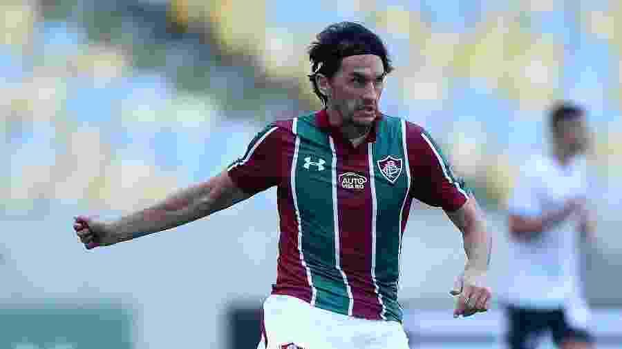 Matheus Ferraz carrega a bola pelo Fluminense e é seguido por Diego Souza, do Botafogo - Thiago Ribeiro/AGIF