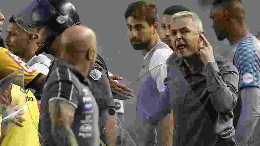 Sampaoli e Tiago Nunes discutem feio após o empate entre Santos e Athletico-PR - MARCO GALVãO/FOTOARENA/FOTOARENA/ESTADÃO CONTEÚDO